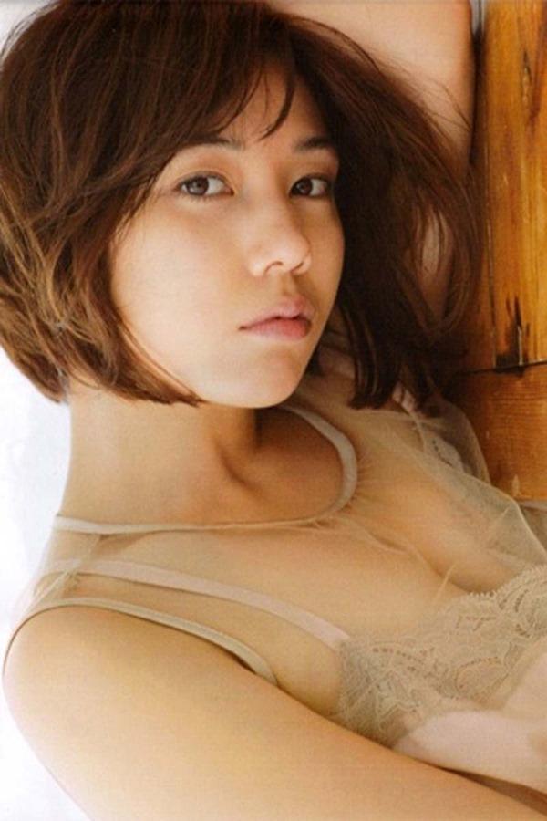 仲里依紗の胸の割れ目グラビア乳揉まれエロGIF画像11