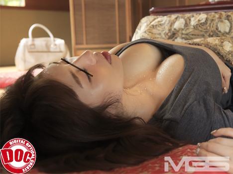 旅館のコタツでうたた寝している人妻の胸元に光る汗や時折見せる苦しそうな表情が○○○をしている姿に見えてしまい…