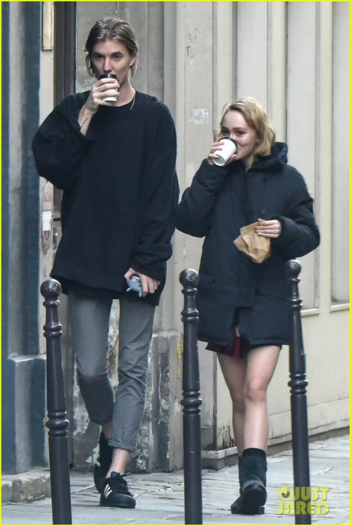 lily-rose-depp-mystery-guy-paris-05.jpg