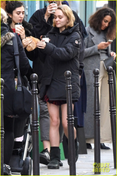lily-rose-depp-mystery-guy-paris-06.jpg