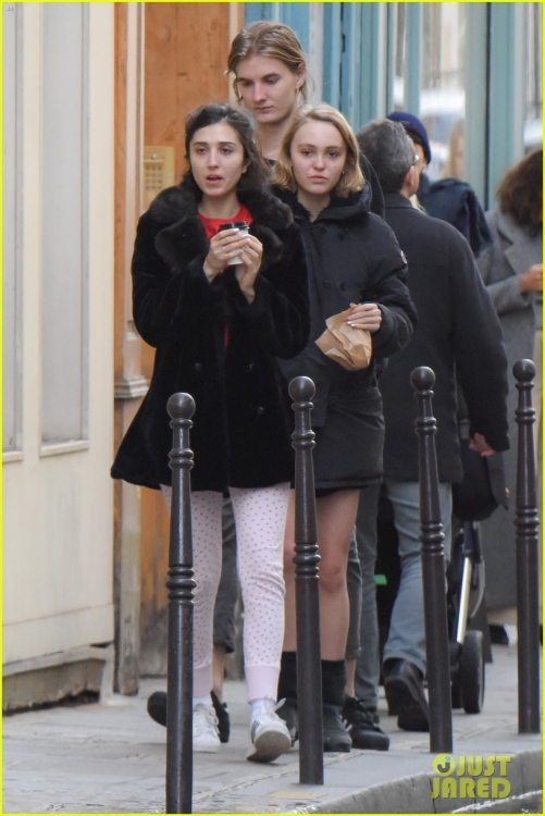 lily-rose-depp-mystery-guy-paris-09.jpg