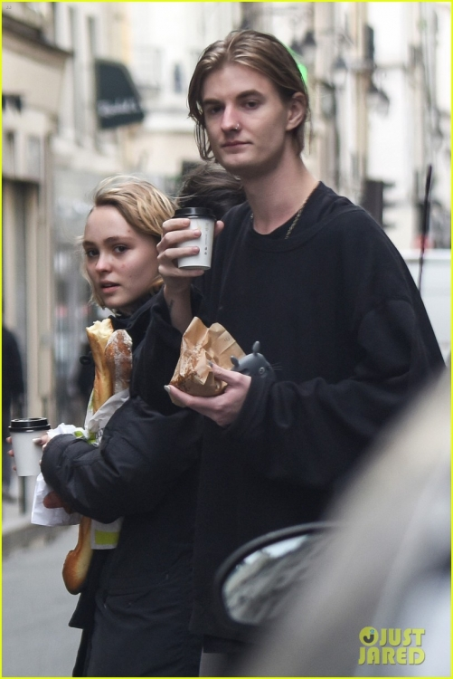 lily-rose-depp-mystery-guy-paris-12.jpg