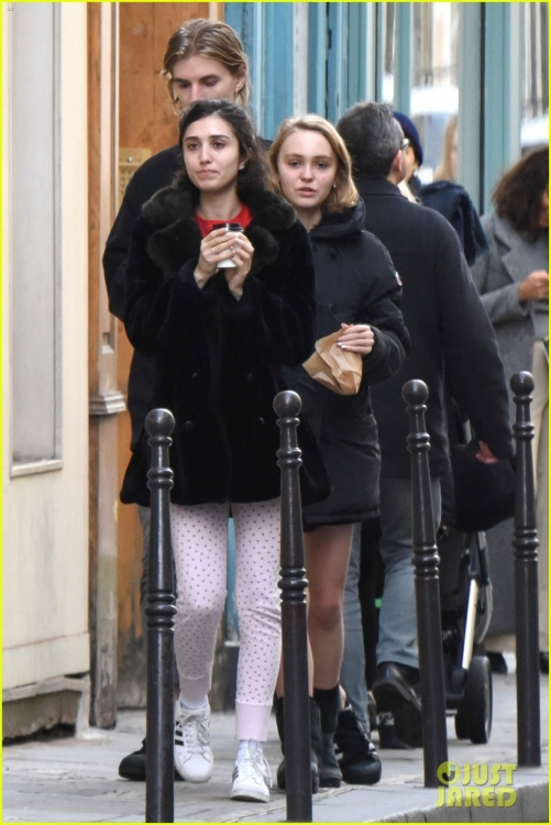 lily-rose-depp-mystery-guy-paris-13.jpg