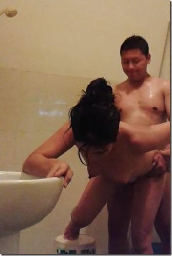 夫婦生活【アジア編】。やっぱりバックが良い、夫婦の浴室
