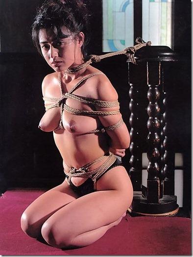 妻を縛って『私のオマンコに旦那様のオチンポ下さい!』と言わせたいエロ動画像04