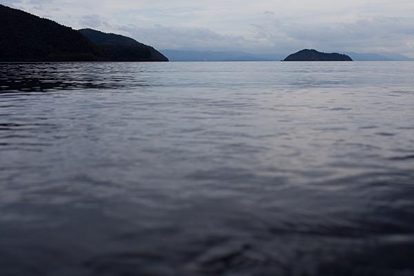 沖合の竹生島