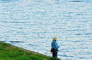 『エリック・クラプトン』がアイスランドで川の今夏最大の鮭の記録を更新