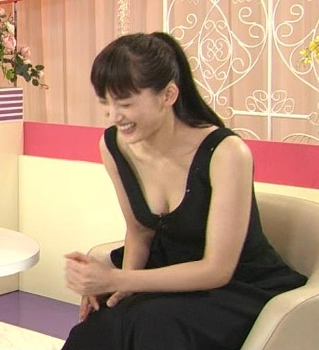 綾瀬はるか 極上の胸チラというかおっぱい露出キャプ画像(エロ・アイコラ画像)