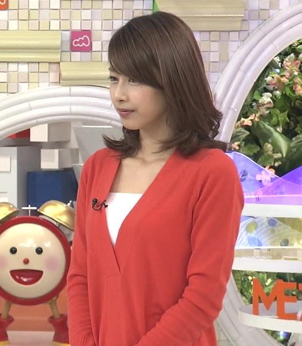 加藤綾子 胸元が少し露出した服