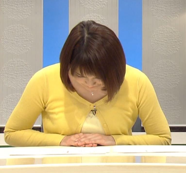 岡本玲 おっぱい潰しているキャプ画像(エロ・アイコラ画像)