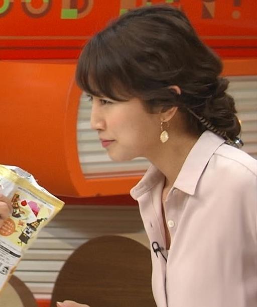 三田友梨佳 少しシャツの胸元がはだけているキャプ画像(エロ・アイコラ画像)