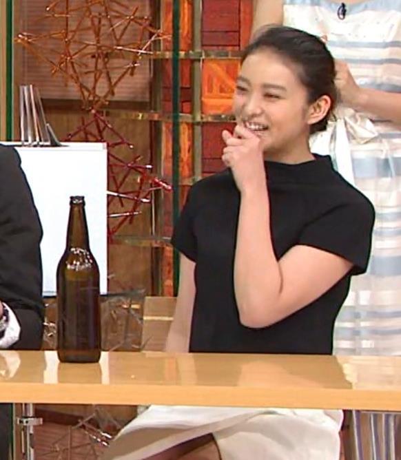 武井咲 スカートのスリットが深すぎてスカートの中が見えすぎ!キャプ画像(エロ・アイコラ画像)
