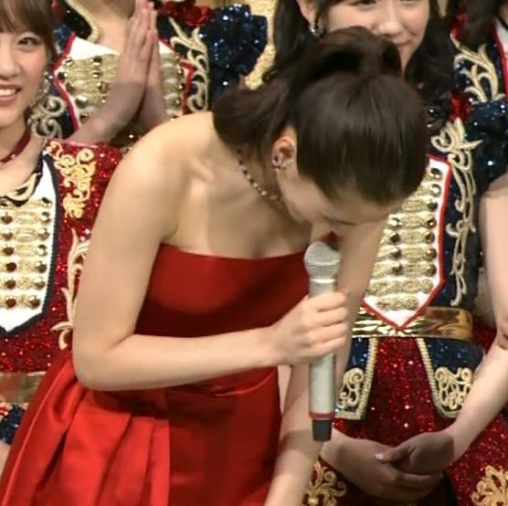 綾瀬はるか チューブトップのドレスで前かがみすると…キャプ画像(エロ・アイコラ画像)