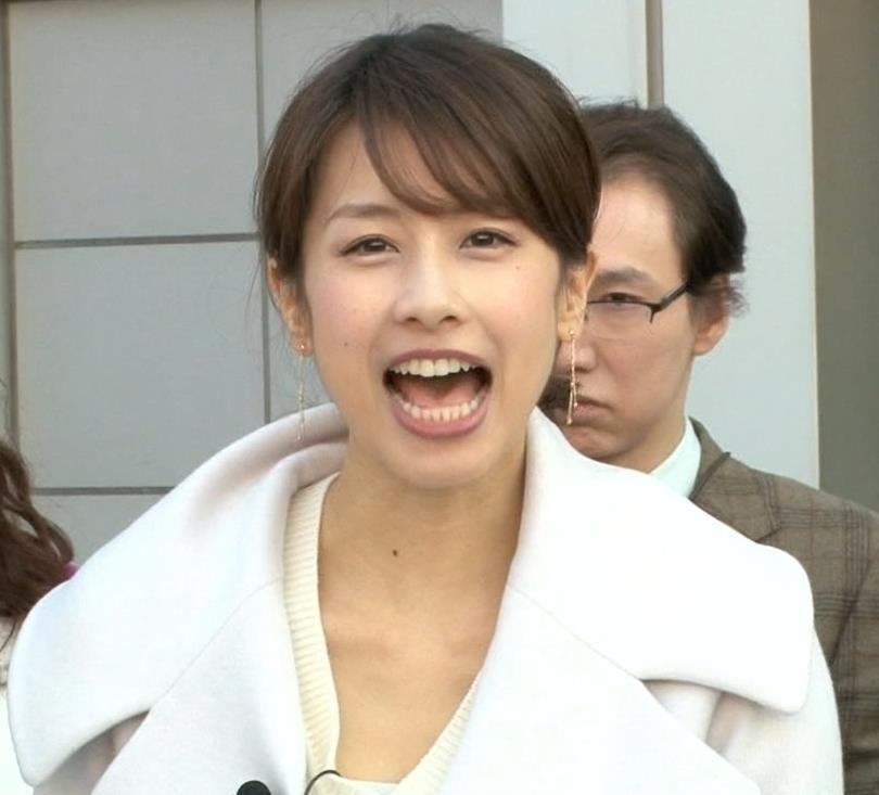 加藤綾子 胸元が少しはだけたセーター