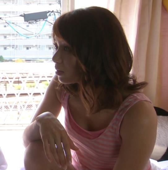 内山理名 ドラマのタンクトップ衣装で胸チラキャプ画像(エロ・アイコラ画像)