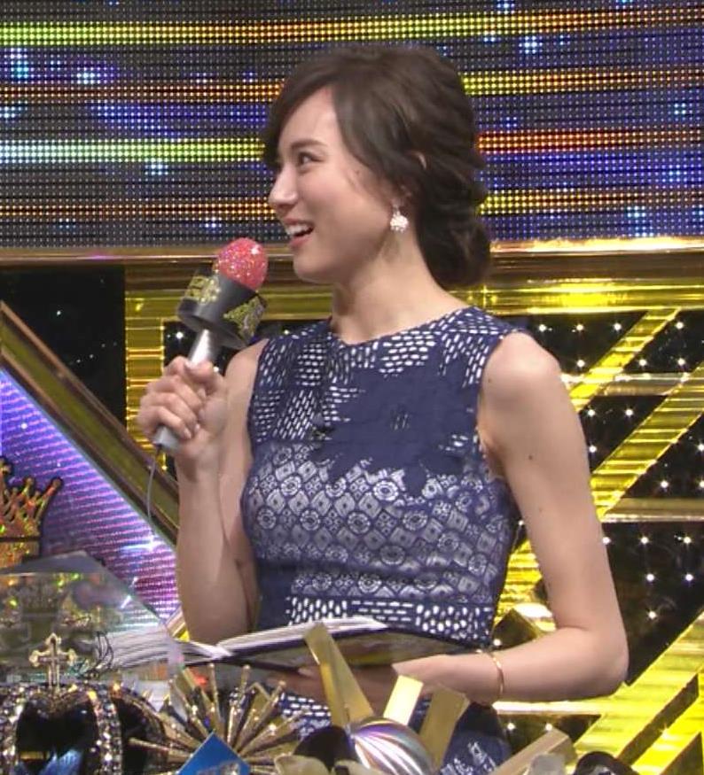 笹川友里 TBSの特番、美人アナのタイトなドレスのおっぱいが大きく目立ってたキャプ画像(エロ・アイコラ画像)
