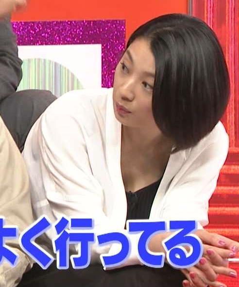 小池栄子 「爆笑問題の検索ちゃん」で谷間チラチラキャプ画像(エロ・アイコラ画像)