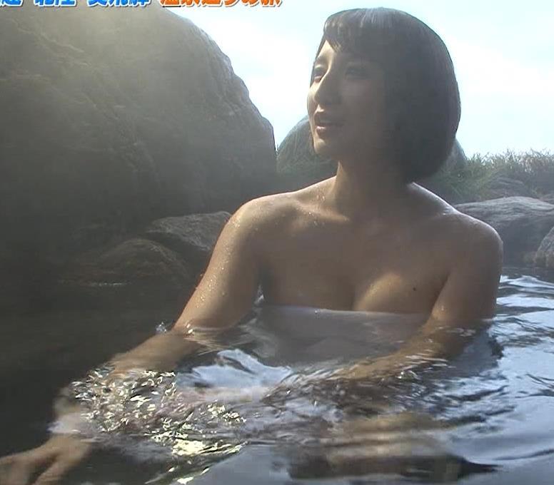 尾崎ナナ 温泉入浴シーンで巻いたタオルからおっぱいがこぼれそうキャプ画像(エロ・アイコラ画像)