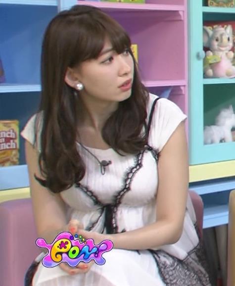 小嶋陽菜 おっぱいが目立つワンピースキャプ画像(エロ・アイコラ画像)