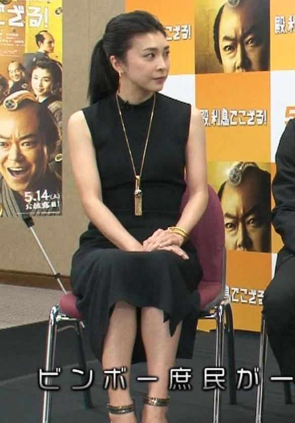 竹内結子 黒いノースリーブドレスキャプ画像(エロ・アイコラ画像)