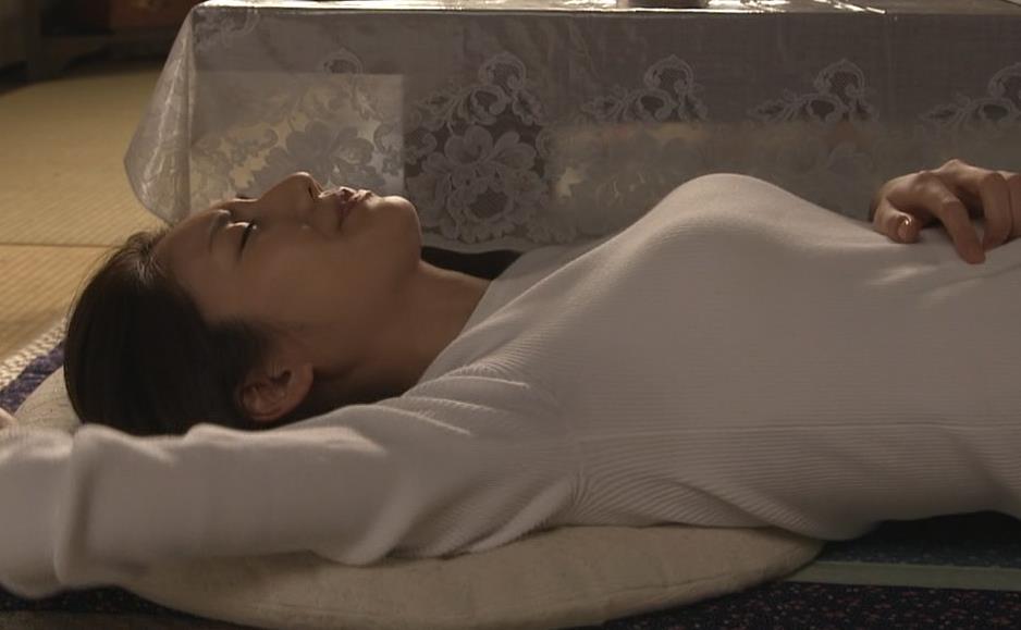松下奈緒 寝っ転がっておっぱいが大変なことに&ジーパンお尻キャプ画像(エロ・アイコラ画像)