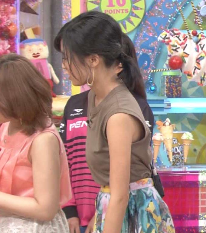 小島瑠璃子 緩いノースリーブから肌がチラリ!キャプ画像(エロ・アイコラ画像)