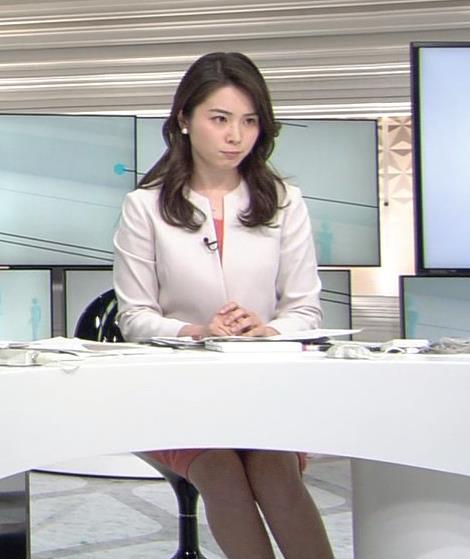 皆川玲奈 机の下から美脚&デルタゾーンちらりキャプ画像(エロ・アイコラ画像)
