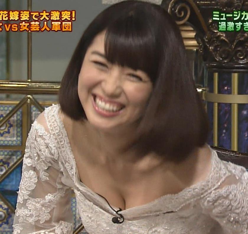新妻聖子 ウェディングドレスで胸の谷間強調キャプ画像(エロ・アイコラ画像)