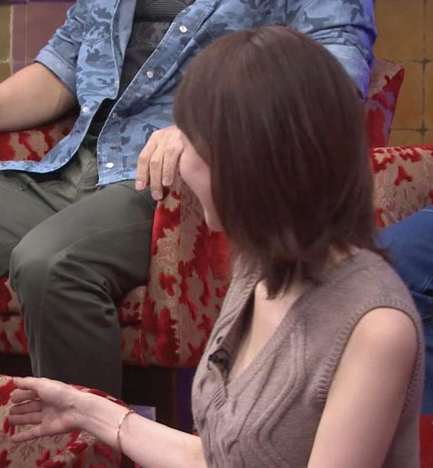 石田紗英子 胸元がめくれて中が見えてるキャプ画像(エロ・アイコラ画像)