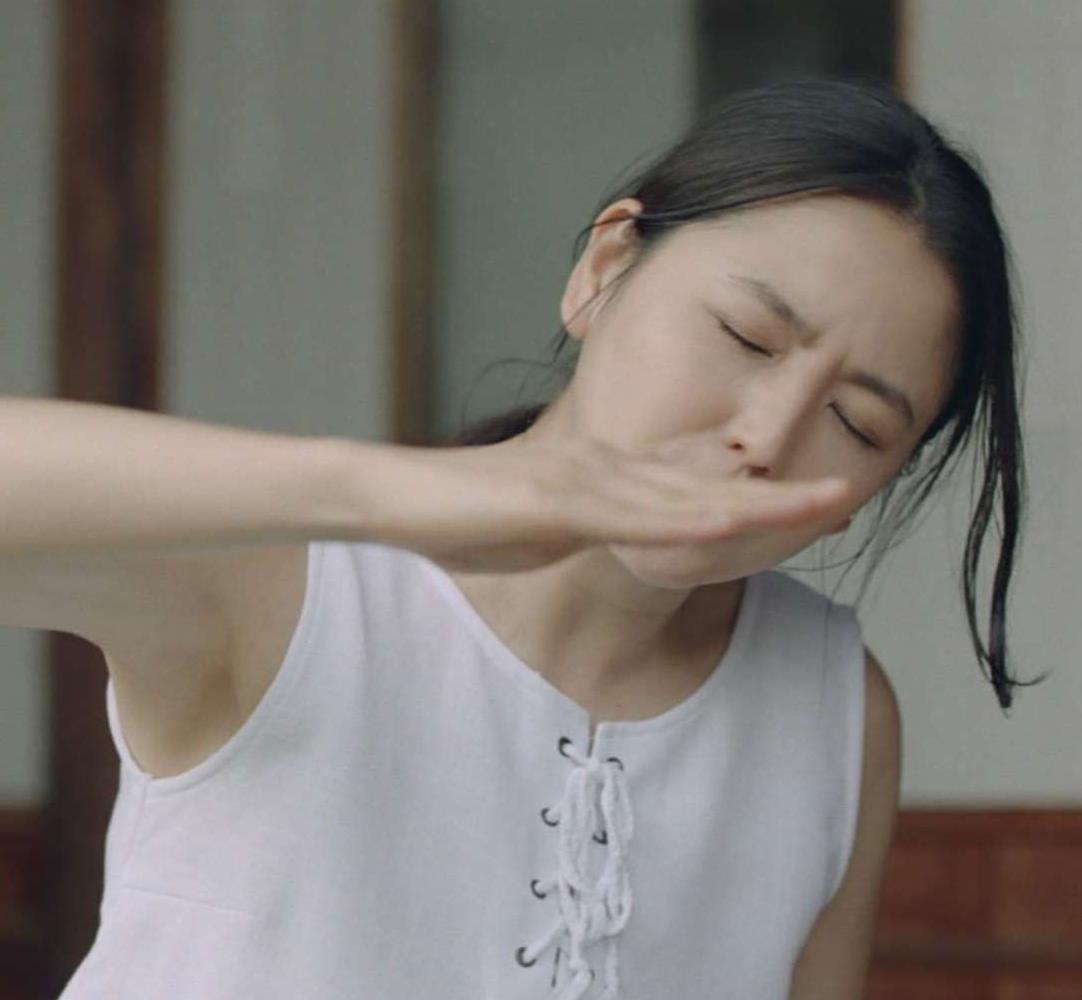 長澤まさみ 白くてきれいなワキを披露してるCMキャプ画像(エロ・アイコラ画像)
