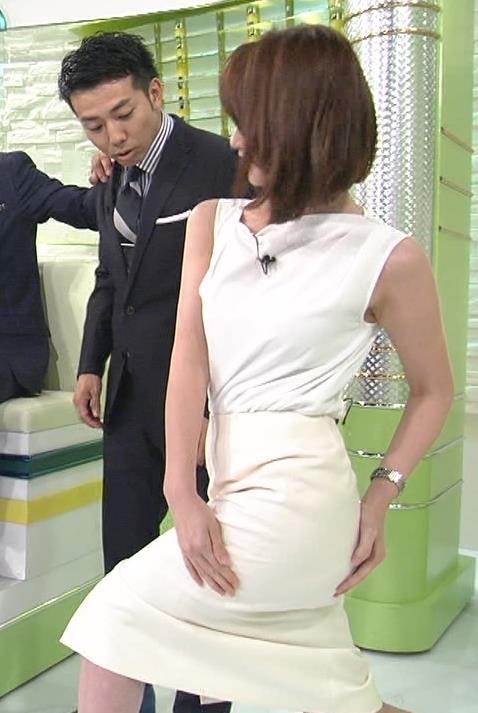 秋元玲奈 体をよじったラインがエロいキャプ画像(エロ・アイコラ画像)