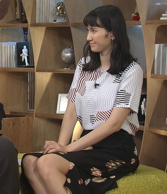 市川紗椰 スカートのスリットから美脚キャプ画像(エロ・アイコラ画像)