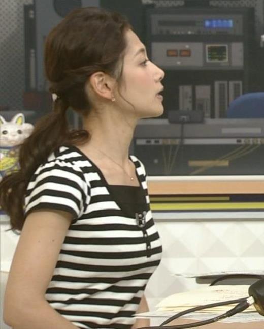 桑子真帆 ボーダーの衣装で横乳強調キャプ画像(エロ・アイコラ画像)