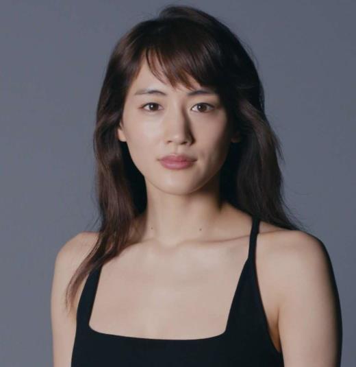 綾瀬はるか 胸元まで!肌の露出が多いCMキャプ画像(エロ・アイコラ画像)