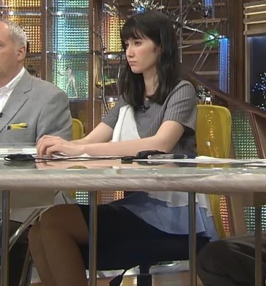 市川紗椰 机の下のミニスカート美脚キャプ画像(エロ・アイコラ画像)