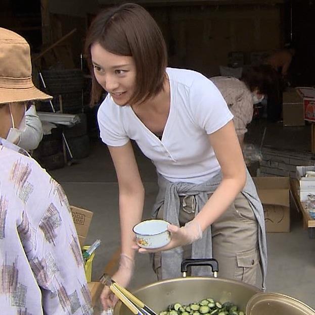 小川彩佳 ボランティアで前かがみ胸チラキャプ画像(エロ・アイコラ画像)