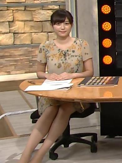 久冨慶子 机の下の美脚太ももキャプ画像(エロ・アイコラ画像)