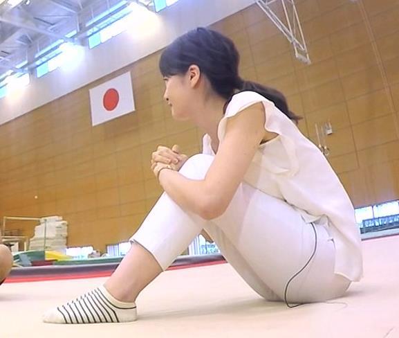 宇内梨沙 ピタパンで体育座りのお尻がエロいキャプ画像(エロ・アイコラ画像)