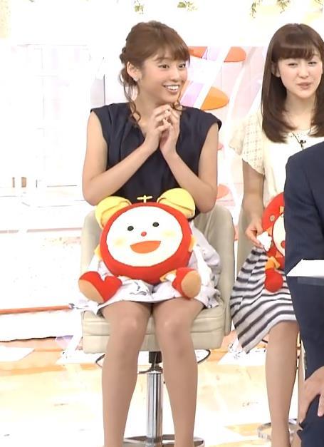 岡副麻希 脚開き気味のミニスカのデルタゾーンキャプ画像(エロ・アイコラ画像)