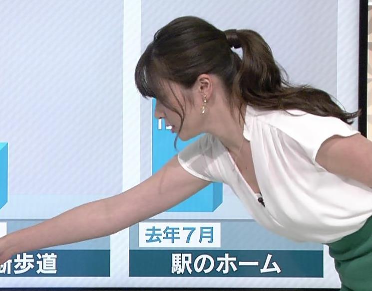 皆川玲奈 胸元が開いた服で前かがみ、胸チラおしいキャプ画像(エロ・アイコラ画像)