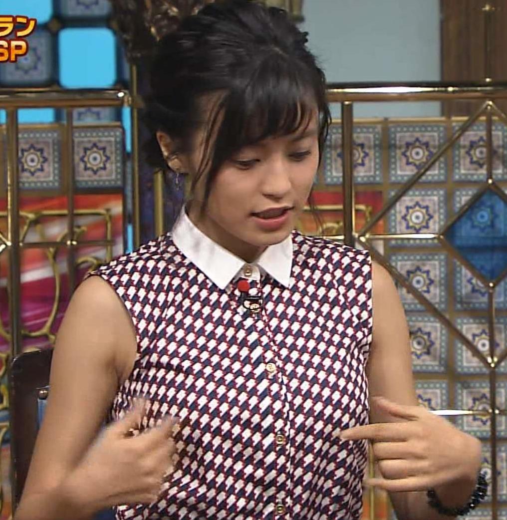 小島瑠璃子 ノースリーブで胸を張るキャプ画像(エロ・アイコラ画像)