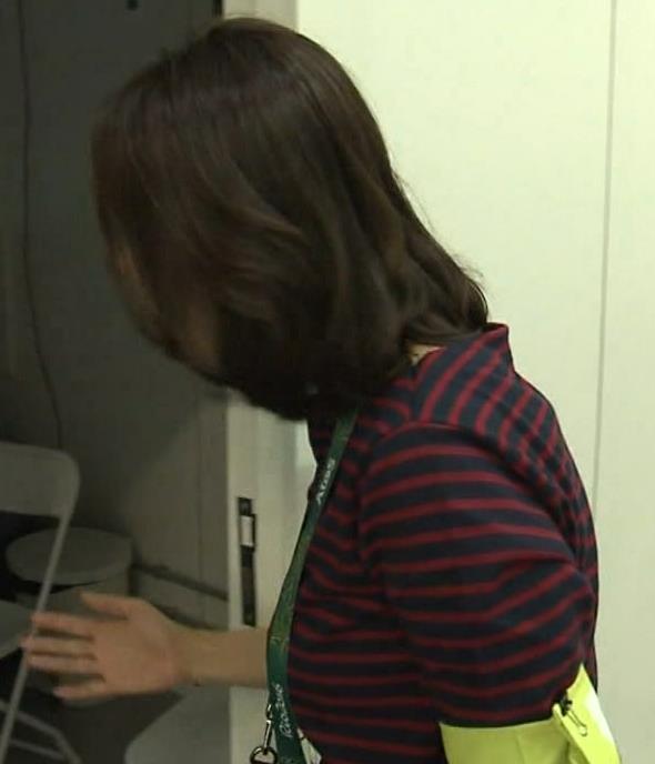 杉浦友紀 ボーダーシャツ横乳&お尻キャプ画像(エロ・アイコラ画像)