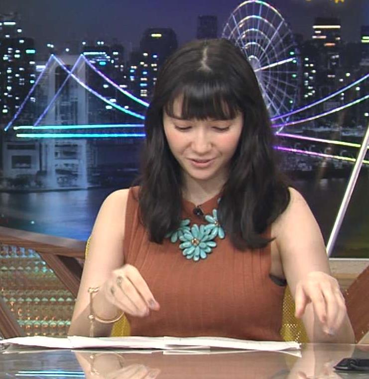 市川紗椰 巨乳を包むノースリーブのワキから下着が見えてるキャプ画像(エロ・アイコラ画像)