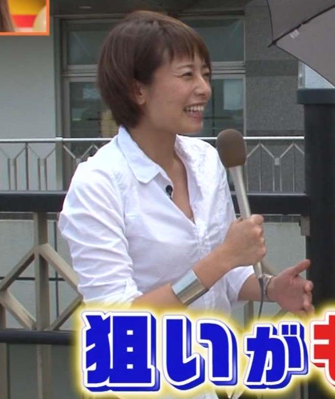 上田まりえ Yシャツの胸元開けて前にかがむキャプ画像(エロ・アイコラ画像)