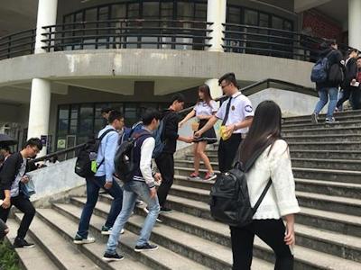 中国・福州大学で制服姿の女子大生が学生にコンドームを無料配布 2
