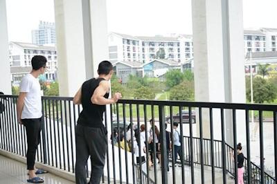 中国・福州大学で制服姿の女子大生が学生にコンドームを無料配布 3