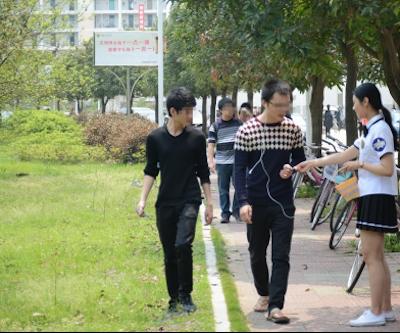 中国・福州大学で制服姿の女子大生が学生にコンドームを無料配布 4