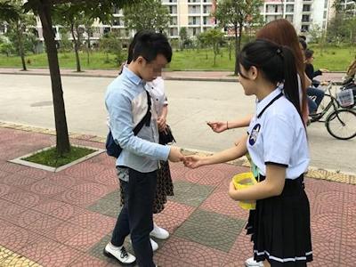 中国・福州大学で制服姿の女子大生が学生にコンドームを無料配布 5
