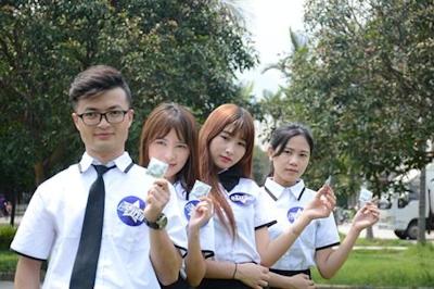 中国・福州大学で制服姿の女子大生が学生にコンドームを無料配布 7