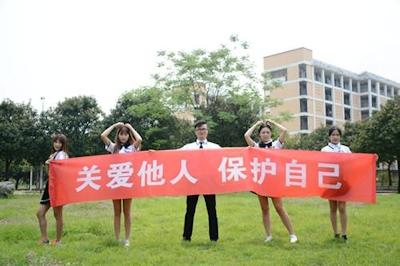 中国・福州大学で制服姿の女子大生が学生にコンドームを無料配布 8